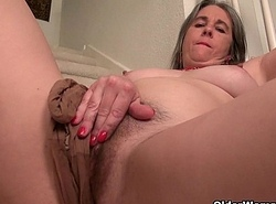 American mummy Eva Griffin thumbs the brush nyloned gungy pussy